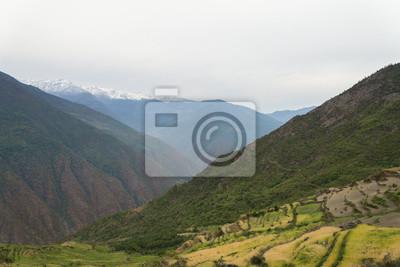 Terrassenfelder und Schnee Berge Reichweite Hintergrund