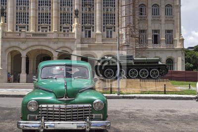 tiOld amerikanisches Auto vor dem Presidenal Palace in Havanna