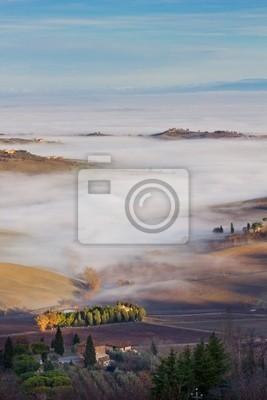 Toskanische Landschaft im Nebel, Montepulciano (Italien).
