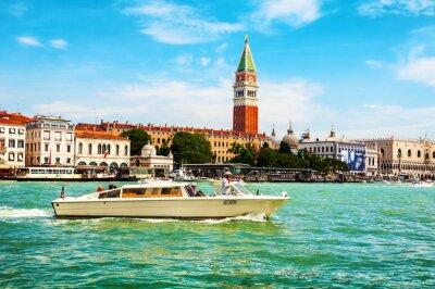 Touristische Boote am Canal Grande in Venedig