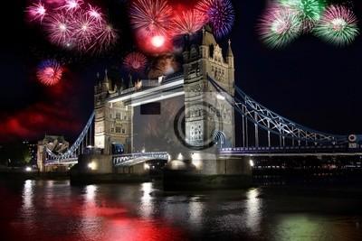 Tower Bridge mit Feuerwerk in London, UK