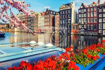 Traditionelle alte Gebäude in Amsterdam im Frühjahr, die Niederlande