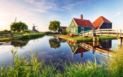 Poster Traditionelle holländische Windmühle nahe dem Kanal. Niederlande, Landcape bei Sonnenuntergang