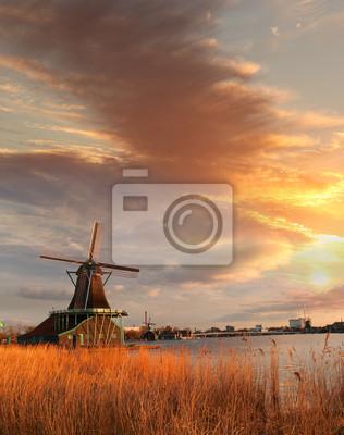 Traditionelle holländische Windmühlen mit Kanal in der Nähe von Amsterdam, Holla