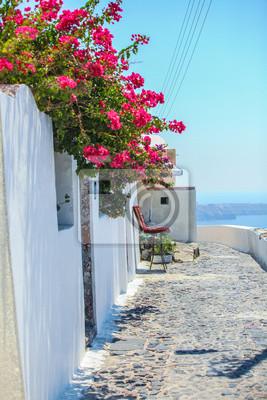 Traditionelle leere Straße in Fira, Santorini, Griechenland