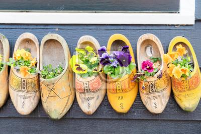 Poster Traditionelle niederländische Schuhe Clogs mit frischen Blumen close up