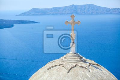 traditionelle weiße Kirche mit einem Kreuz auf der Kuppel auf Santorin