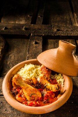 Poster Traditioneller Tajine-Teller mit Huhn und Couscous