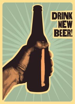 Poster Trink neues Bier! Typografisches Weinleseart-Bierplakat. Die Hand hält eine Flasche Bier. Retro-Vektor-Illustration.