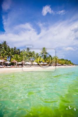 Tropische weißen sonnigen Strand in wunderschönen exotischen Ferienort