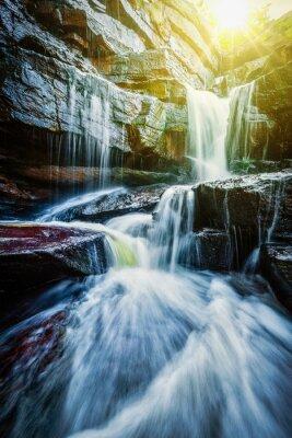 Poster Tropischer Wasserfall mit Sonnenstrahlen