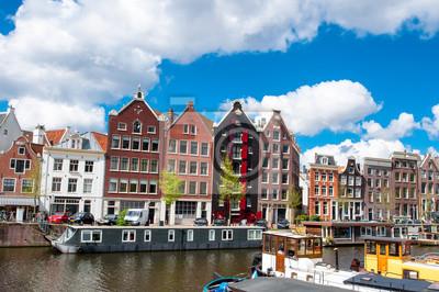 Typische Amsterdam Stadtbild mit den Häusern in der Innenstadt. Das Königreich der Niederlande.