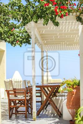 Typische griechische Straßencafés auf der Insel Santorini