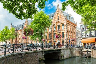 Poster Typische Kanal-Stadt-Stadtbild von Amsterdam, gegenüber dem 17. Jahrhundert Hauptquartier der niederländischen East India Company, jetzt von der Universität von Amsterdam verwendet