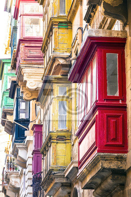 Typische schmale Gassen mit bunten Balkonen in Valletta, Malta
