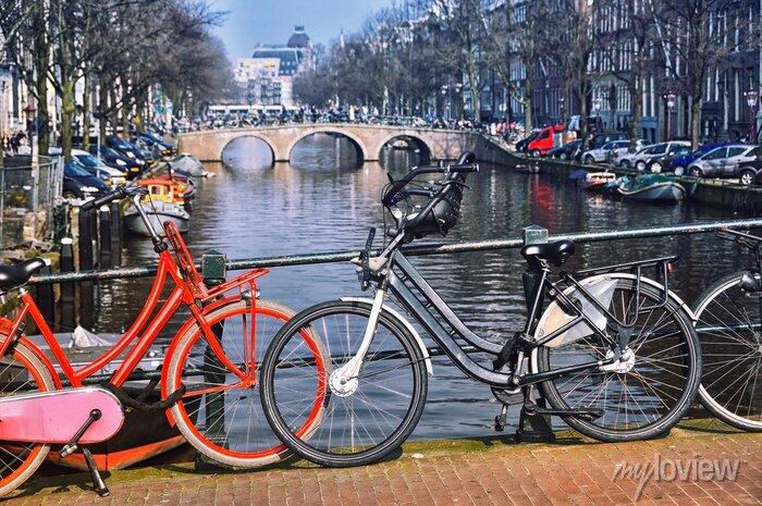 Poster Typische Stadträder in Amsterdam an der Brücke