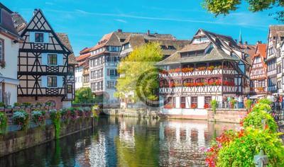 Typisches Haus in der Nähe von Wasser und Blumen aus La Petite France in Straßburg, Elsass, Frankreich