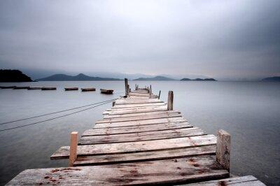Poster Über ein Pier und ein Boot, dunklen Ton.