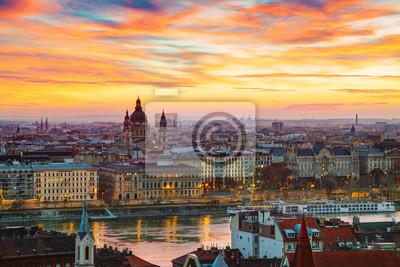 Überblick über Budapest mit St. Stephan (St. Istvan) Basilika