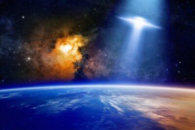 Poster Ufo nähert sich dem Planeten Erde
