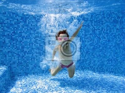 Underwater Kind nach einem Sprung ins Schwimmbad
