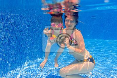 Underwater lächelnd Familie Spaß im Schwimmbad