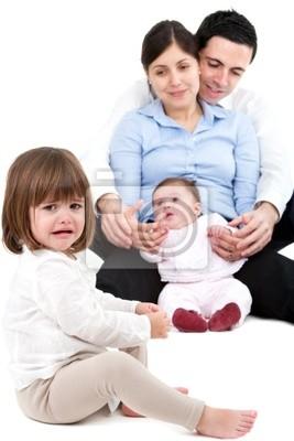 Unglücklich eifersüchtig kleines Mädchen mit Familie