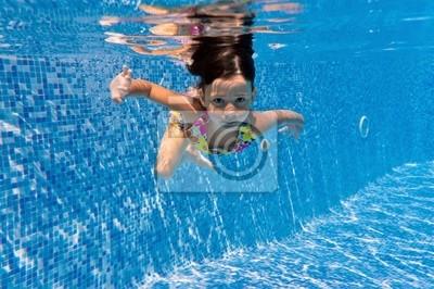 Unterwasser Kind im Schwimmbad