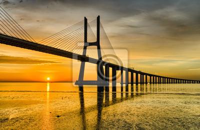 Vasco-da-Gama-Brücke bei Sonnenaufgang, Lissabon