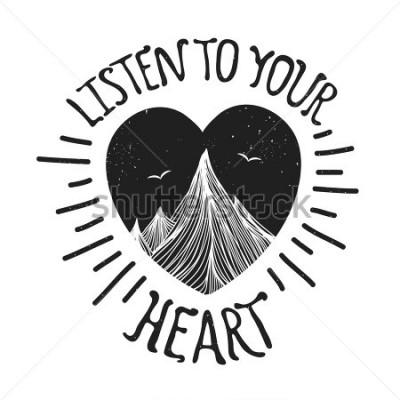 Poster Vektorillustration mit Bergen innerhalb des Herzens. Hören Sie auf Ihr Herz - Zitat. Motivation und Inspiration Typografie Poster mit Text. Grußkartenentwurf, T-Shirt Druck, Einklebebuchkunst