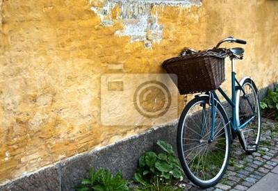 Vélo contre un mur jaune à Copen au Danemark