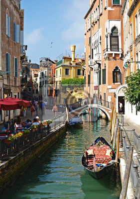 VENEDIG - 24. August: Gondel auf einem Kanal in Venedig an einem sonnigen Tag
