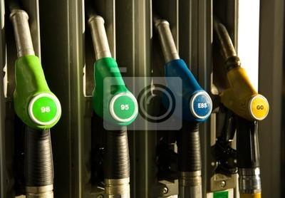 Verschiedene Arten von Zapfsäulen an Tankstellen