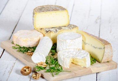 Poster verschiedene Käse mit Walnüssen auf einem weißen Holzbrett