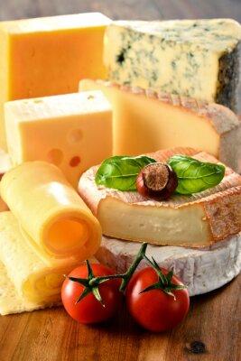 Poster Verschiedene Sorten von Käse auf Küchentisch
