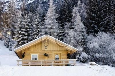 Verschneite Landschaft der Dolomiten im Winter