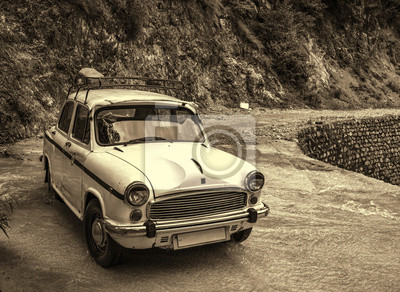 Vintage-Stil Foto von Retro-Auto auf die Natur geparkt