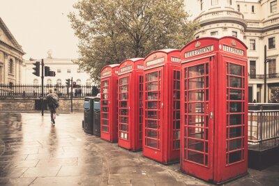 Poster Vintage-Stil rote Telefonzellen an regnerischen Straße in London