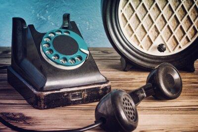 Poster Vintage Telefon und Radio auf einem Holztisch