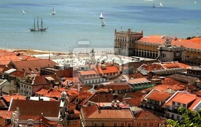 Vogel Weg im Zentrum von Lissabon mit roten Dächern und Uferböschung