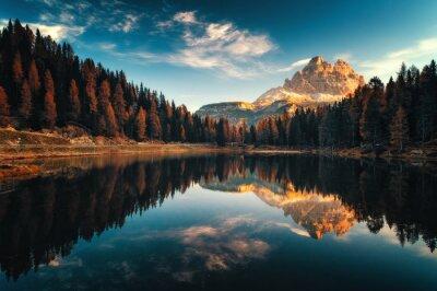 Poster Vogelperspektive von Lago Antorno, Dolomit, Seeberglandschaft mit Alpen ragen, Misurina, Cortina d'Ampezzo, Italien empor