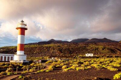 Poster Vulkanische Landschaft mit Leuchtturm in der Nähe Salz Fabrik Fuencaliente auf der Insel La Palma in Spanien