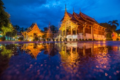 Poster Wat Phra Singh Tempel Dämmerung Zeit in Chiang Mai Thailand