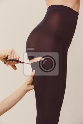 super popular 85338 7dda1 Poster: Weibliche hände schere, schneiden strumpfhosen auf schöne frau