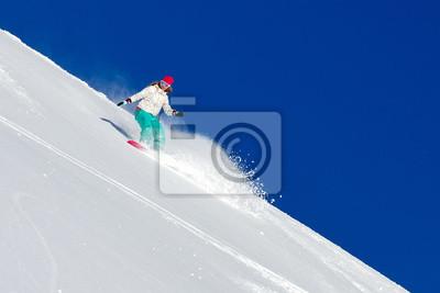 Weiblicher Snowboarder Schaukel die Piste an einem sonnigen Morgen in den italienischen Alpen