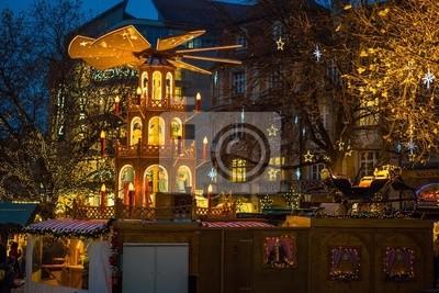Weihnachtsbeleuchtung München.Poster Weihnachtspyramide Am Weihnachtsmarkt In München