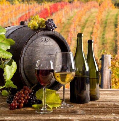 Poster Wein-Stillleben, Glas, junge Reben und Trauben
