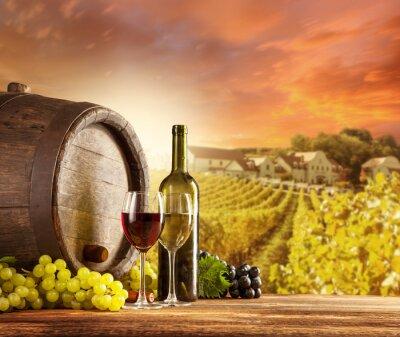 Poster Wein-Stillleben mit Weinberg auf backgorund