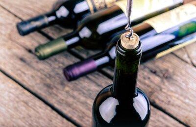 Poster Weinflasche auf einem Holztisch