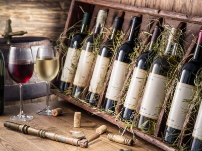 Poster Weinflaschen auf dem hölzernen Regal.